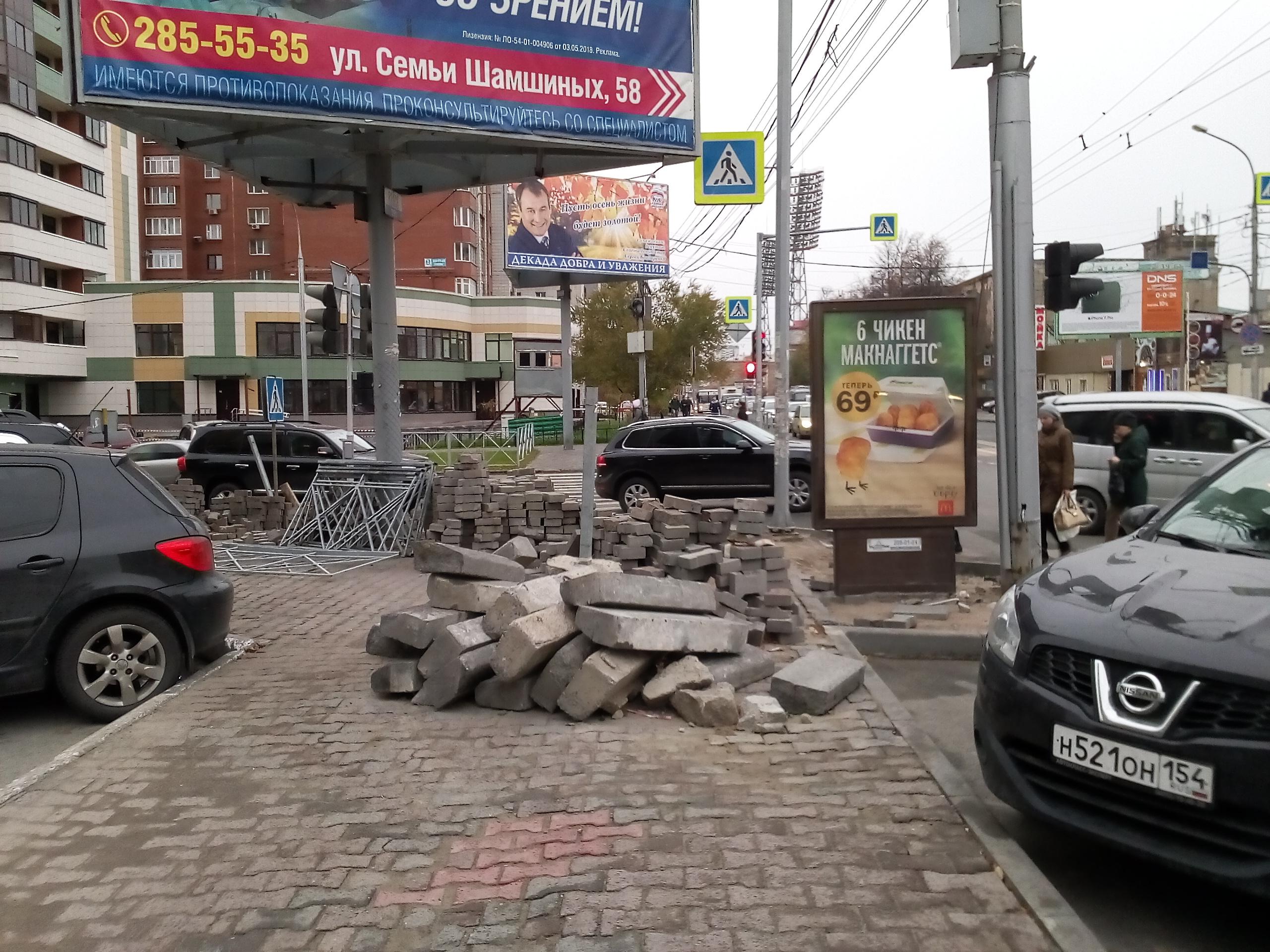 На тротуаре лежит не только плитка, но и старые поребрики