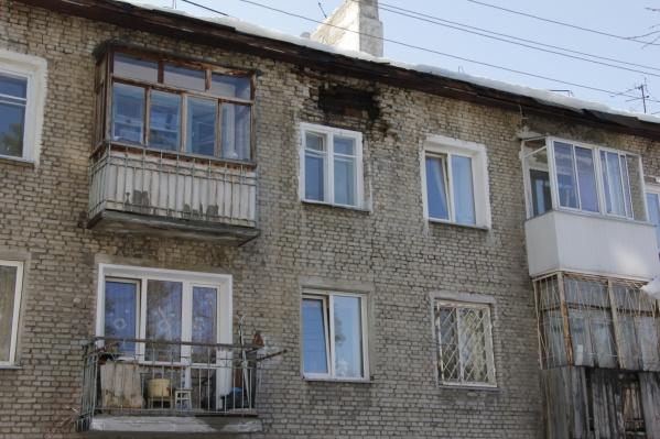 По всему фасаду здания идёт трещина, а кирпичи продолжают обваливаться. Жильцы боятся, что однажды дом рухнет