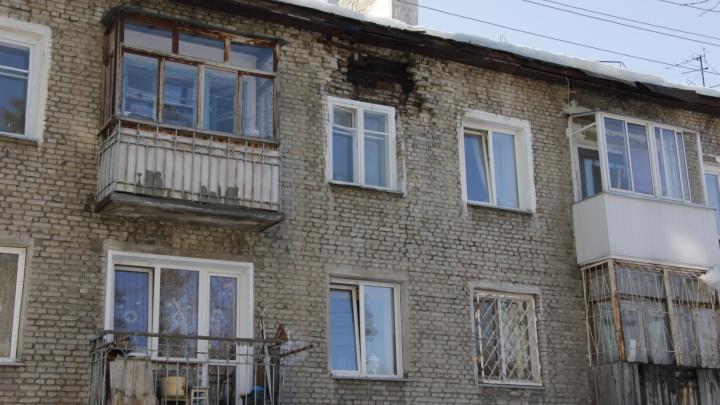 Чиновники отказались ремонтировать дом — через две недели он начал рассыпаться