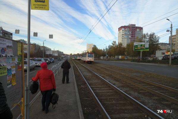 Вереница трамваев скопилась в районе улицы 40-летия Победы