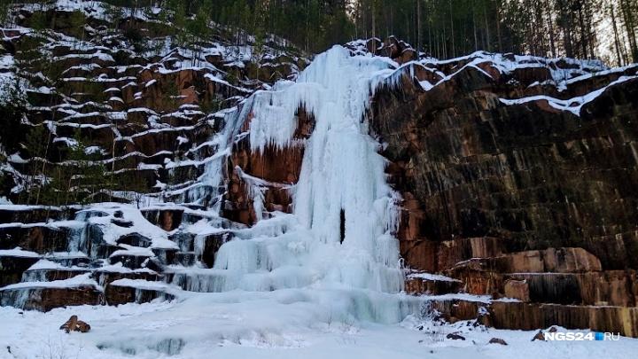 На восточном входе нацпарка «Столбы» начали заливать ледяной водопад для красивых снимков