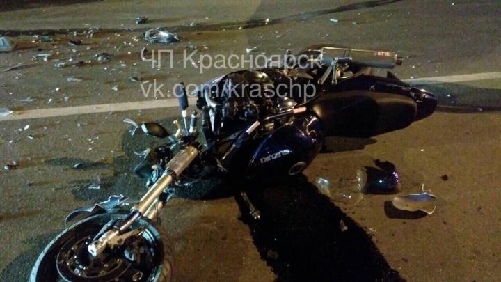 Мотоциклист налетел на поворачивающий на Партизана Железняка автомобиль. Есть пострадавшие