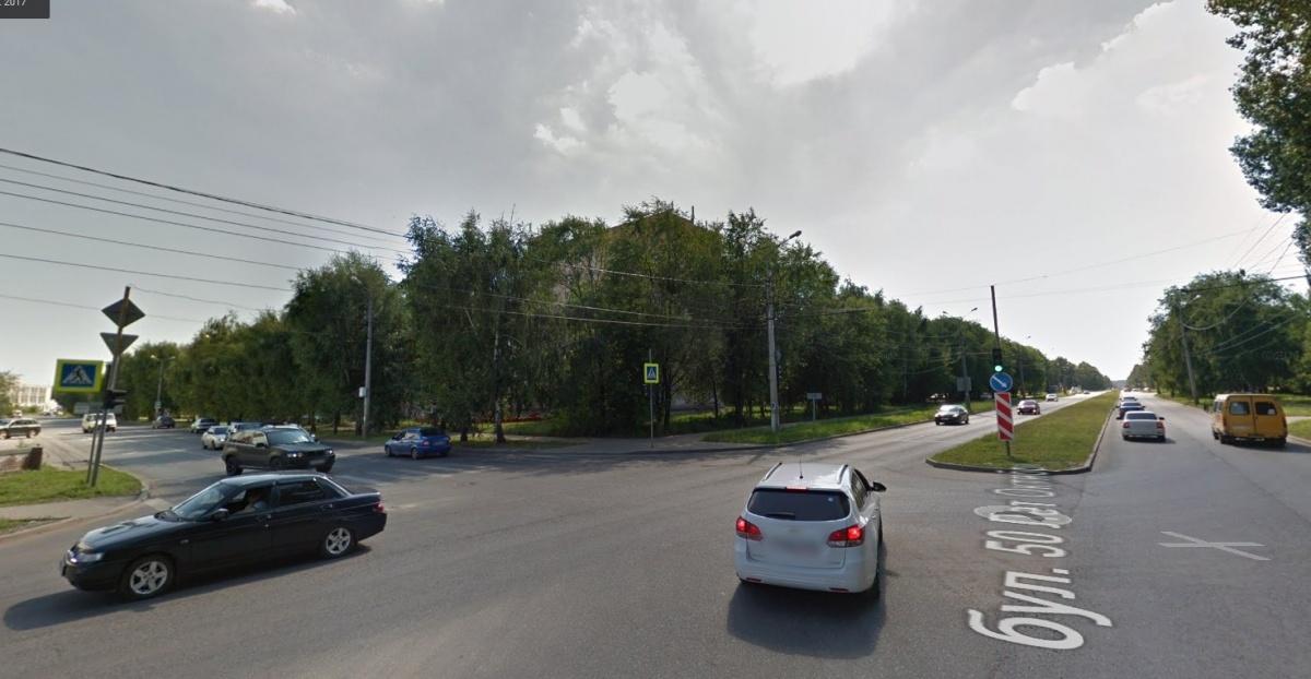 Вид на перекрёсток со стороны автомобиля, поворачивающего налево: обзорность практически не загромождена
