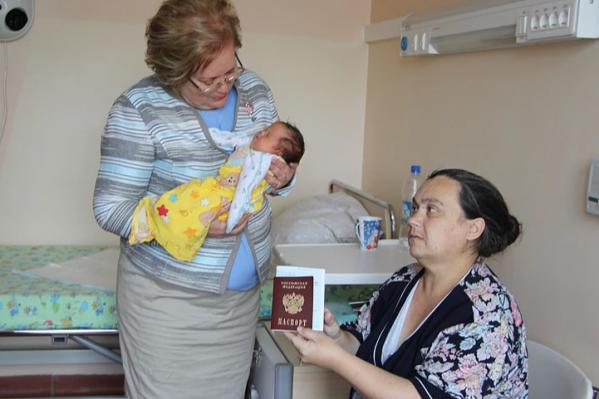 Паспорт женщине вручила уполномоченный по правам человека в Свердловской области Татьяна Мерзлякова