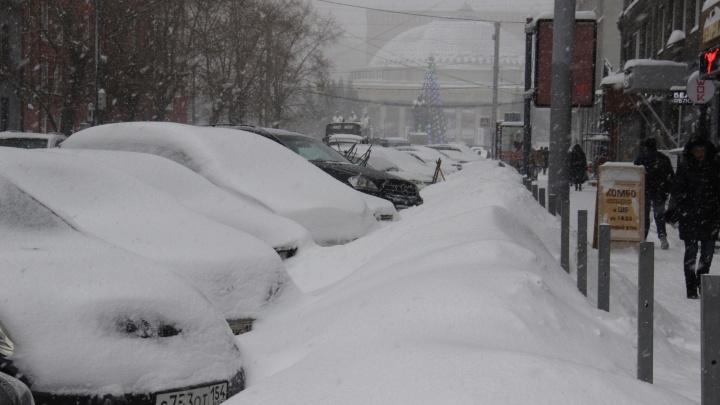 Водители в пробках поют песню, горожане оставляют машины — в Новосибирск пришли снегопады