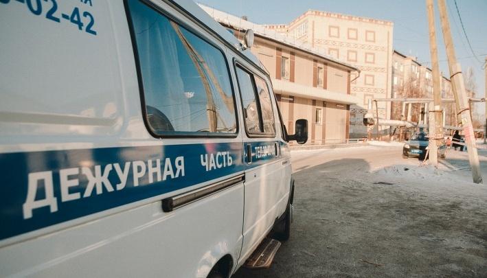 Житель Тюмени ударил ножом соседа из-за любовной надписи на заснеженной машине. Ему грозит до 10 лет