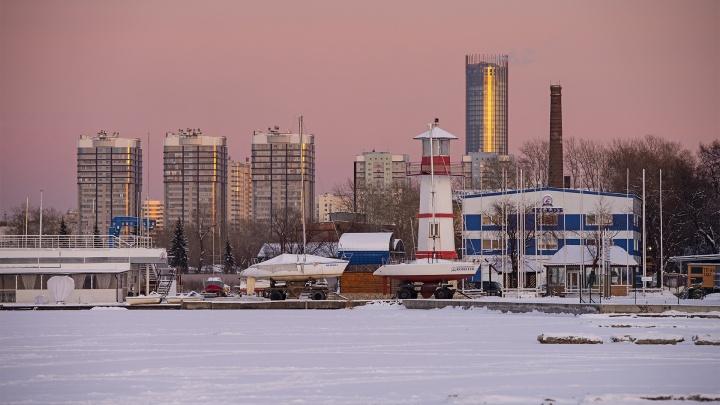 Теплые цвета холодной осени: горожане делятся фотографиями необыкновенного заката в Екатеринбурге