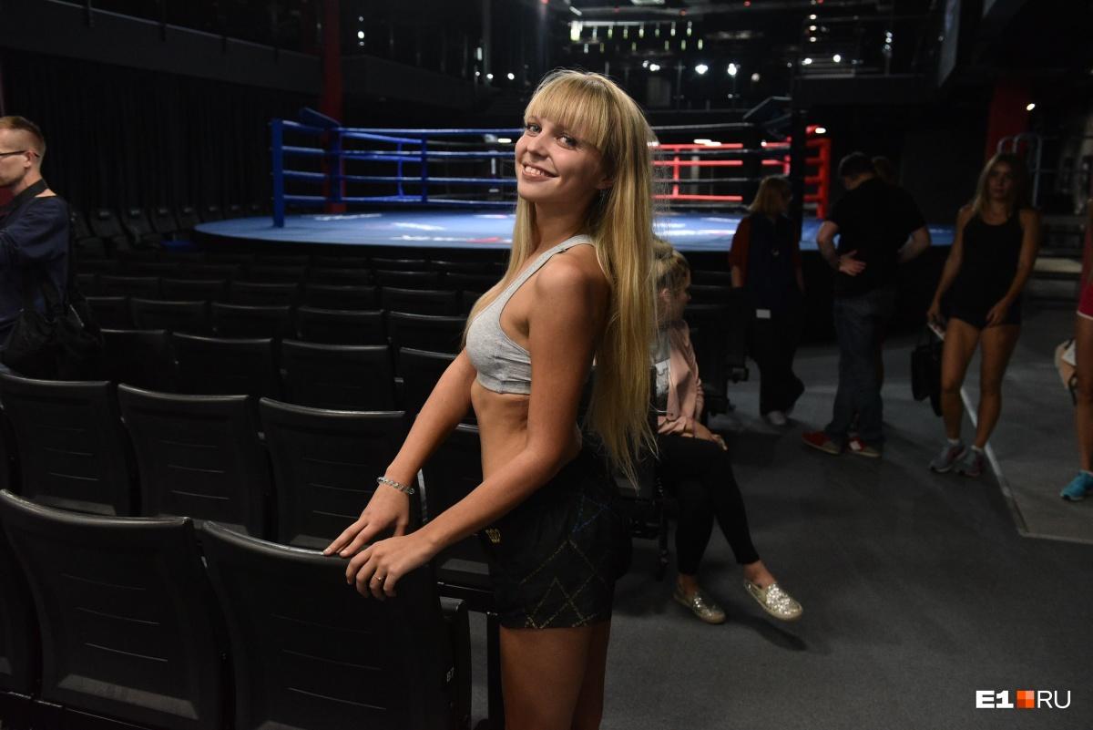Новые ринг-гёрлз должны быть красивыми и спортивными, поэтому девушки оделись так, чтобы сразу показать все свои достоинства