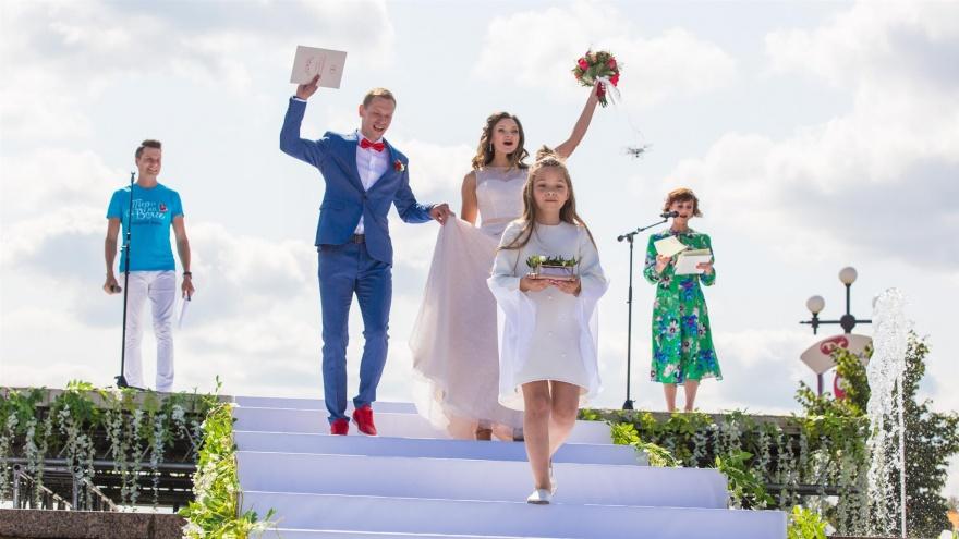 Ни похоронить, ни пожениться: в России сломалась система, обслуживающая ЗАГСы