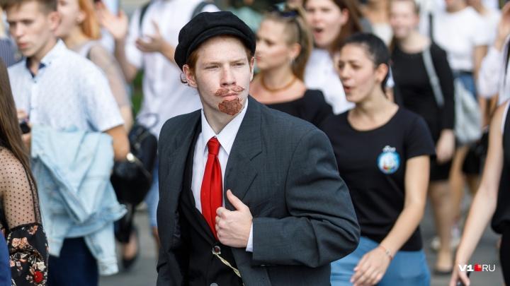 Волгоградские студенты прошли по центру города с молодоженами и Лениным: смотрим фото
