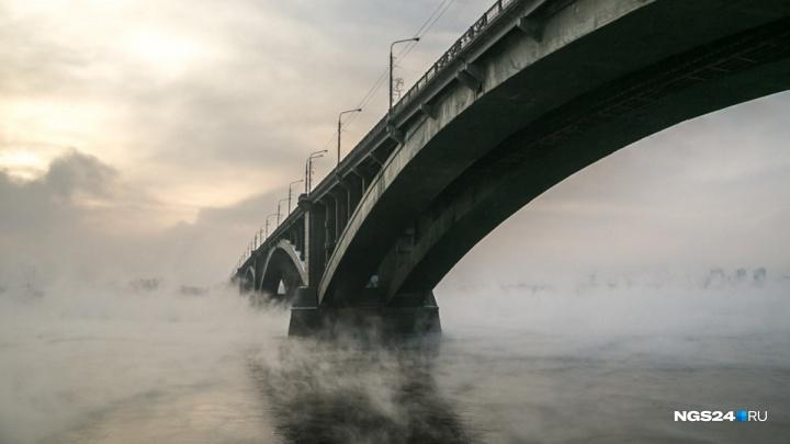 «Человек с характером и отвагой»: парень с голым торсом прыгнул в Енисей с Коммунального моста