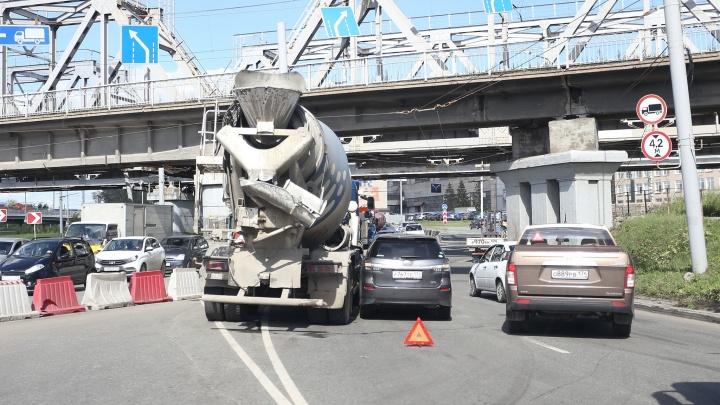 Две беды: на Копейском шоссе выросла большая пробка из-за дорожного ремонта и аварии