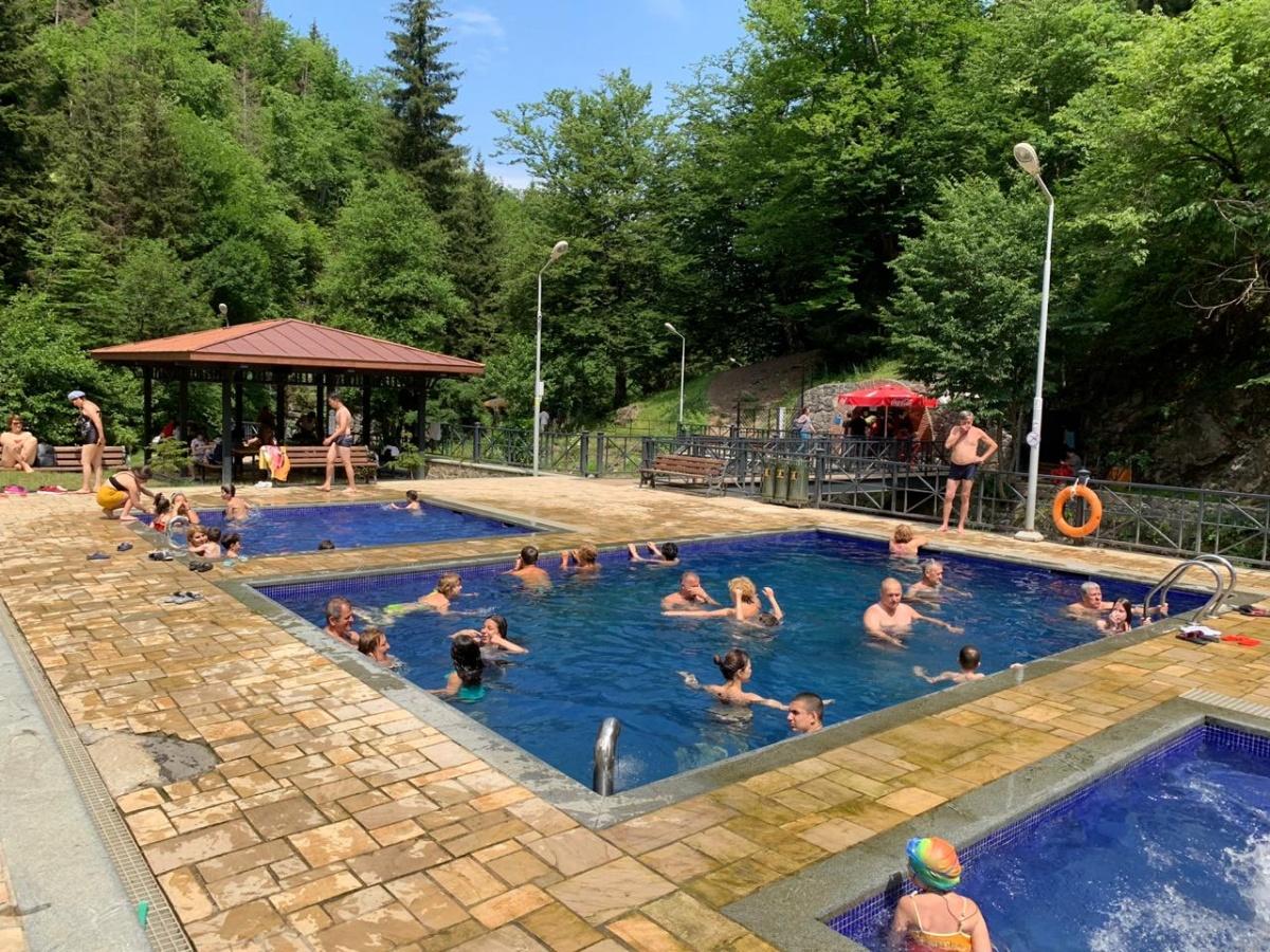В Боржоми люди продолжают отдыхать, купаются в серных ваннах и не думают ни о каких протестах