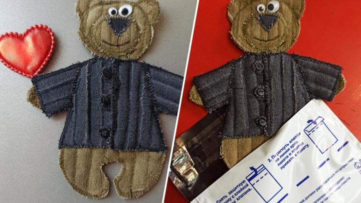 Художник Василий Слонов отправил Путину по почте магнитик с медвежонком в ватнике