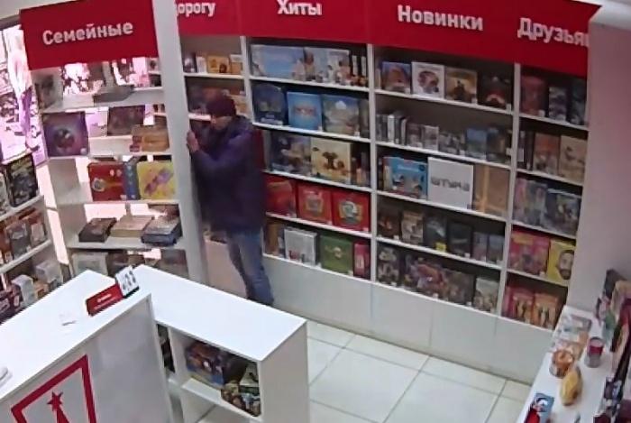 Не обращая внимания на окружающих, мужчина разгромил магазин и унёс телефон
