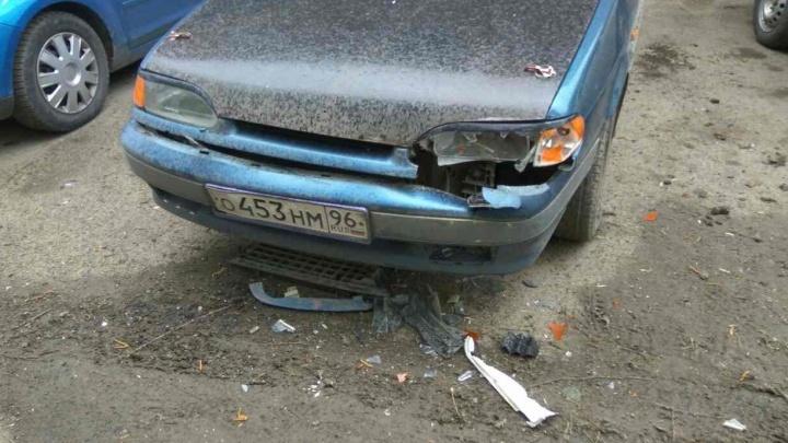 """""""Сбегая, снесли три авто и два дерева"""": в центре неадекватная компания на Renault устроила беспорядки"""