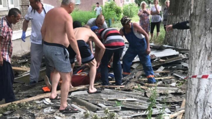 Ходил по доскам и сорвался: в Башкирии рабочий упал с крыши дома