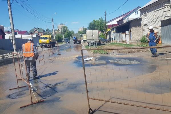 Хлынувшая вода испортила дорожное покрытие
