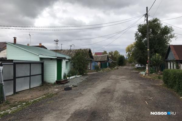 Слева по этой улице можно увидеть дом, во дворе которого обнаружили скелет