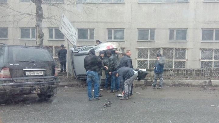 """""""Женщина лежит на асфальте"""": на Сибирском тракте произошла авария"""