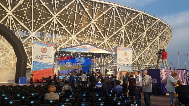 «На сам стадион нас не пустят»: пять тысяч бюджетников собрали на концерт перед«Волгоград Ареной»
