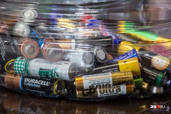 В батарейках содержатся различные металлы — ртуть, никель, кадмий, свинец, литий, марганец и цинк. Они могут накапливаться в живых организмах и наносить существенный вред здоровью