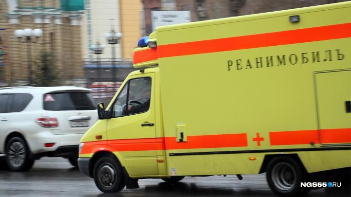 Врачи полчаса пытались спасти жителя Омской области, которого придавило мотоприцепами