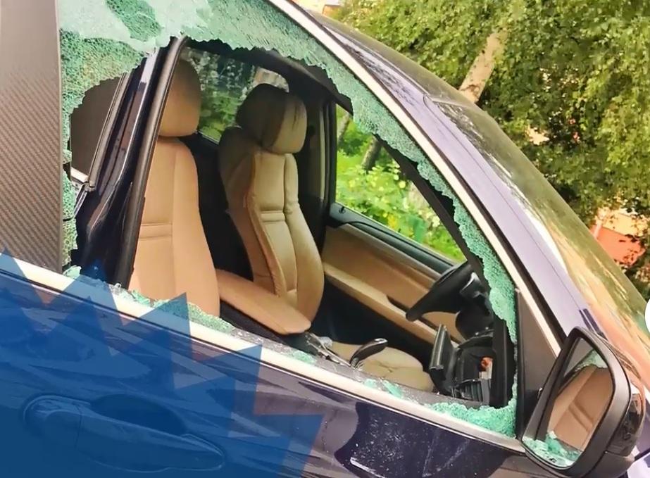 В машине выбили окна, испачкали салон и вытащили дорогие очки