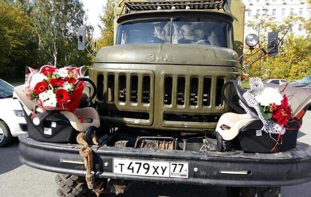 «Брутально и нежно»: в екатеринбургский роддом приехал военный грузовик с двумя люльками на бампере