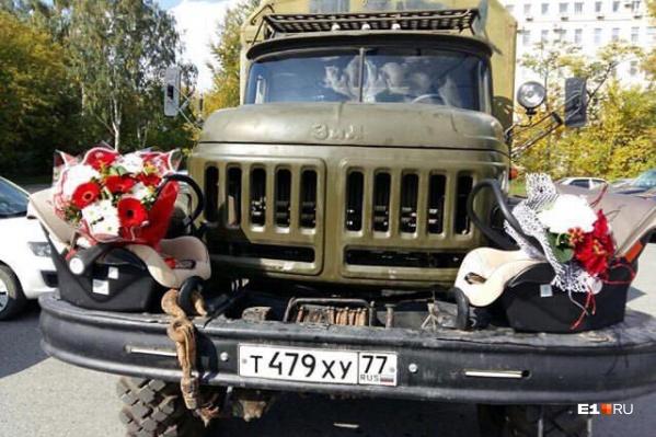 Очень неожиданно — военный грузовик с люльками и цветами