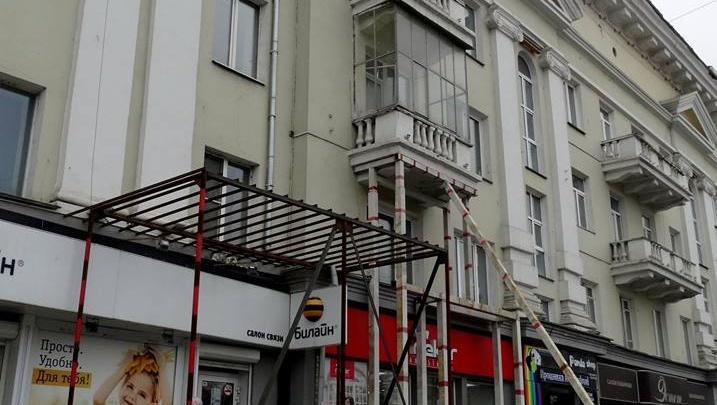 «Работают в холода»: ремонт челябинского дома, где рухнул балкон, начался с претензий к регоператору