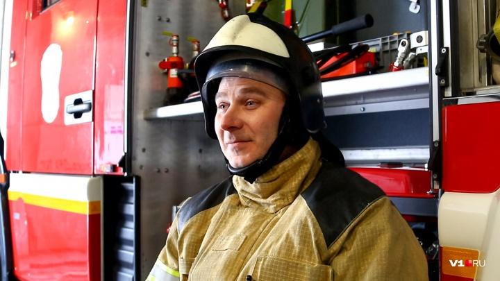 «Я принял его за игрушку»: пожарный из Волгограда вынес из огня спрятавшегося за диваном малыша