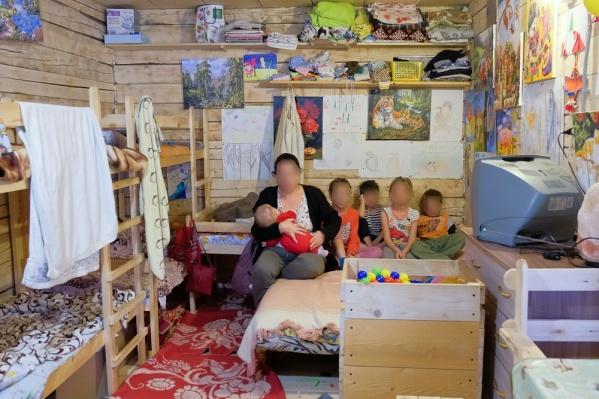 Семья с пятью детьми живет в доме из деревянных поддонов