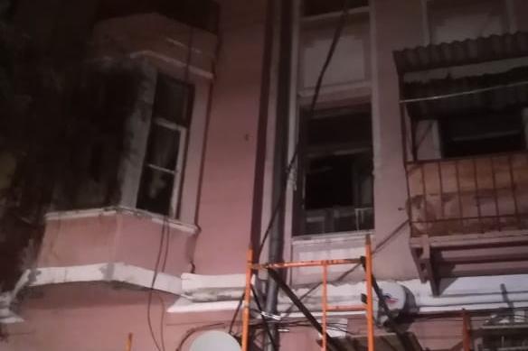 В доме напротив парка Горького загорелась квартира