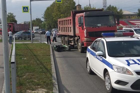 Водитель мопеда погиб в аварии с грузовиком на Первомайке