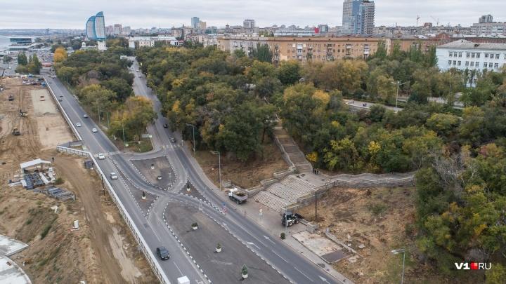 На центральной набережной Волгограда спилили деревья ради пешеходного моста