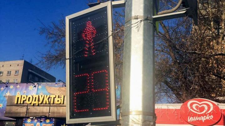 Так сойдёт: на Бориса Богаткова светофор примотали проволокой к столбу