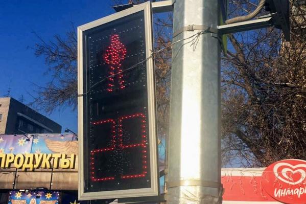 Светофор исправно работает, но на столбе он зафиксирован при помощи проволоки