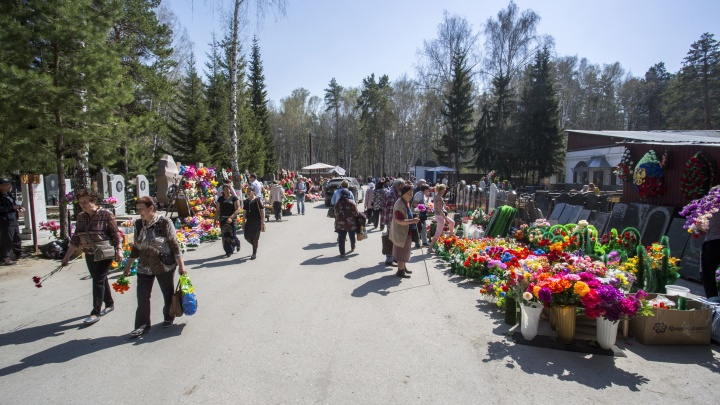 До новосибирских кладбищ запустят дополнительные автобусы