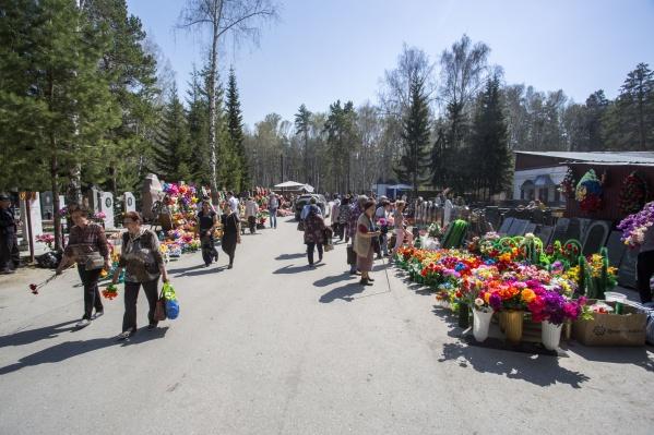 Дополнительные автобусы будут ходить до Заельцовского кладбища, маршрутки — до Гусинобродского