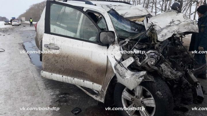 В БашкирииToyota Land Cruiser столкнулся с фурой: погиб водитель внедорожника