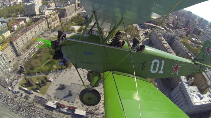 Видео с крыла самолёта: над Новосибирском пронёсся зелёный бомбардировщик