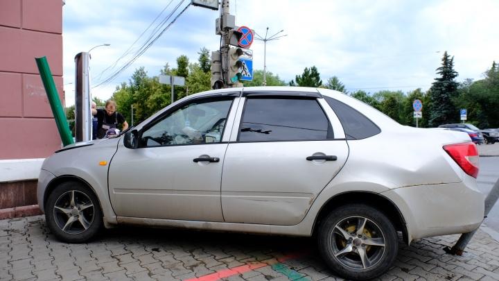 В здание мэрии на Ленина врезался автомобиль. В ДТП пострадала велосипедистка