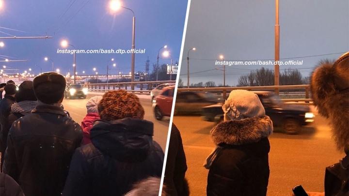 Водитель маршрутки высадил людей посреди самой скоростной трассы в Уфе