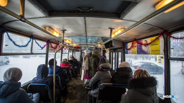 «Сами покупают мишуру и украшения»: на линию в Новосибирске вышли новогодние троллейбусы