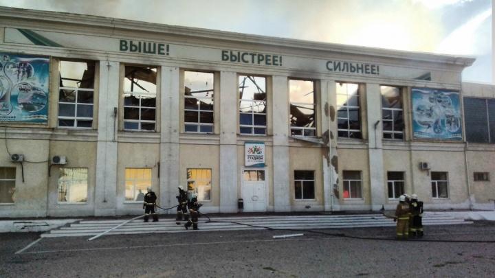 Крупный пожар в спорткомплексе Волжского мог вспыхнуть из-за старой проводки