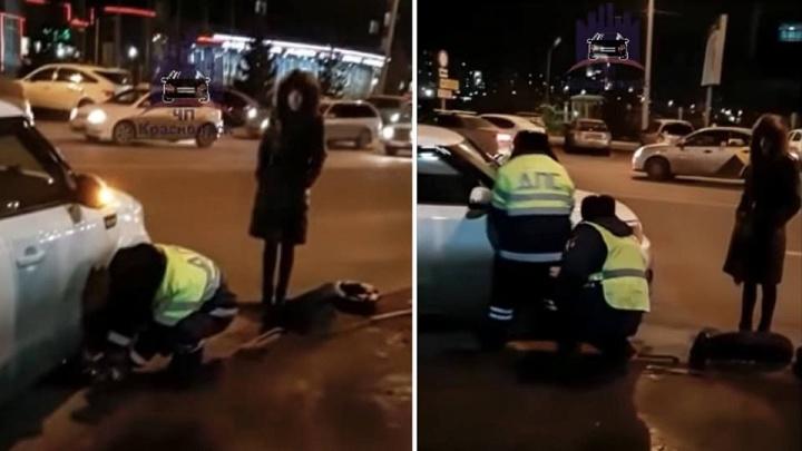 Полицейские помогли девушке поменять пробитое колесо на Авиаторов