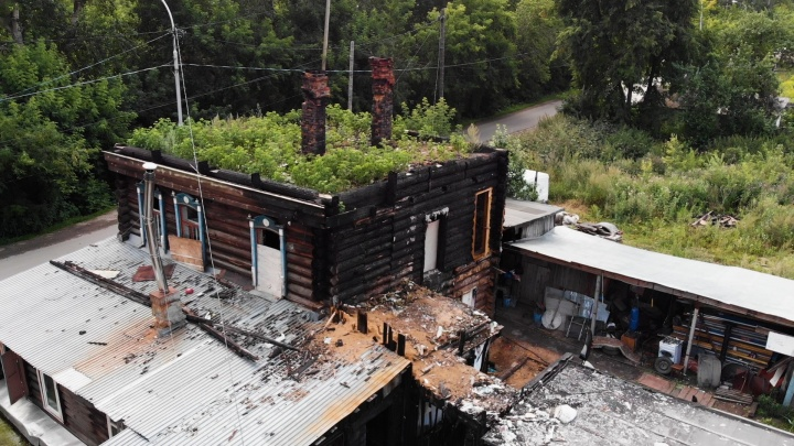 Жители горевшей двухэтажки на Береговой девять месяцев живут без крыши