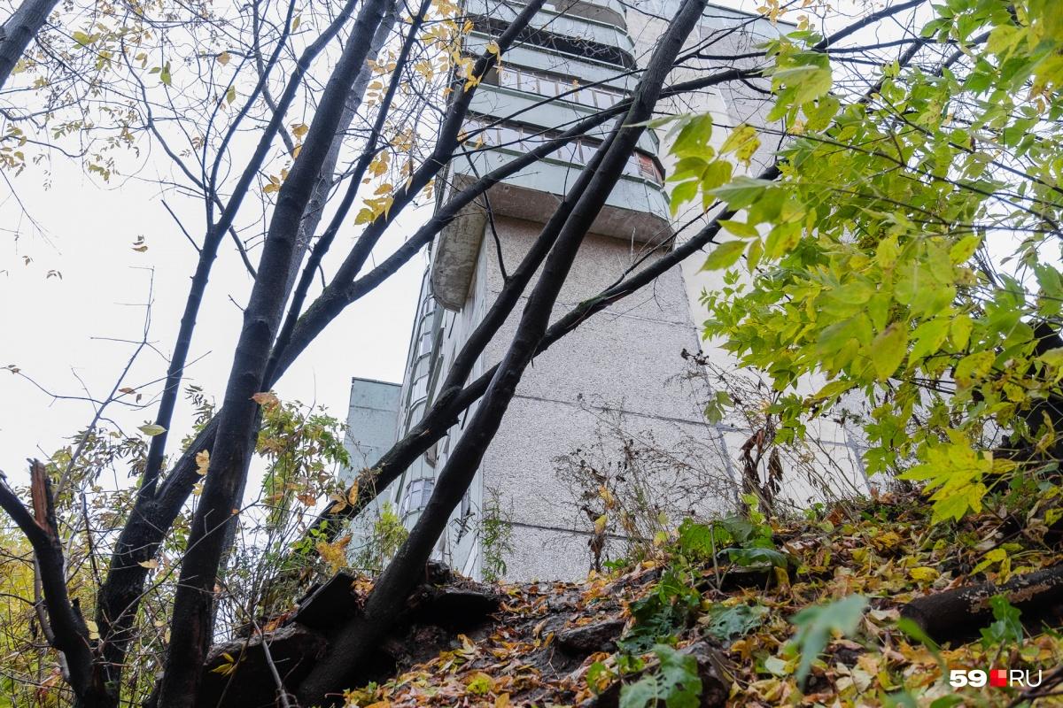 Дом на Льва Шатрова, 35 построили на склоне реки Егошихи в 1986 году