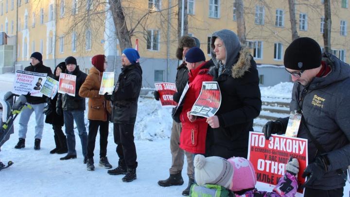 В Екатеринбурге мужчины вышли на митинг против закона о домашнем насилии